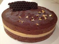 עוגת מוס קפה ומוס שוקולד עם עיטורי זהב